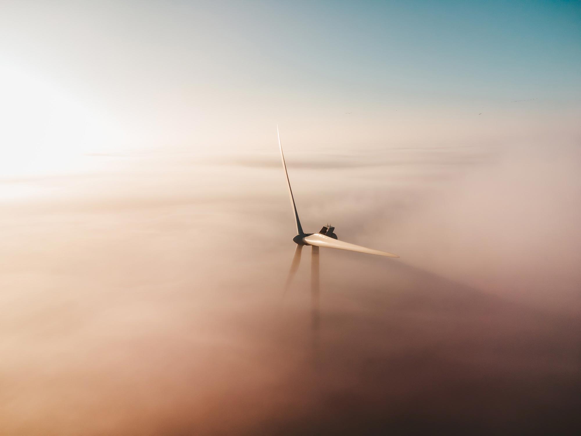 Vindkraftverk i dimma