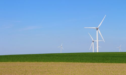 Vindkraftverk på en åker i Skåne